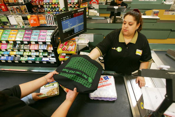 Reusable Bag「Los Angeles Area Stores Hand Out Reusable Grocery Bags Ahead Of Earth Day」:写真・画像(11)[壁紙.com]