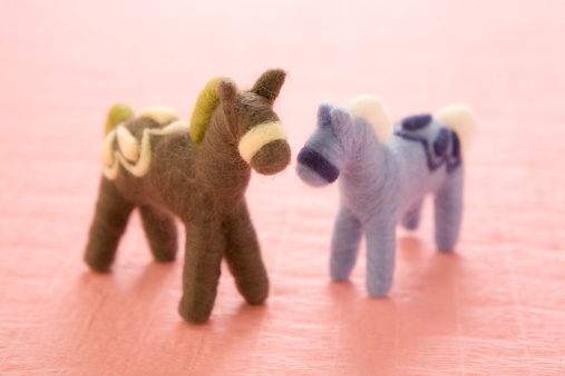 Two Objects「Two Felt Toy Horses on Pink Paper」:スマホ壁紙(15)