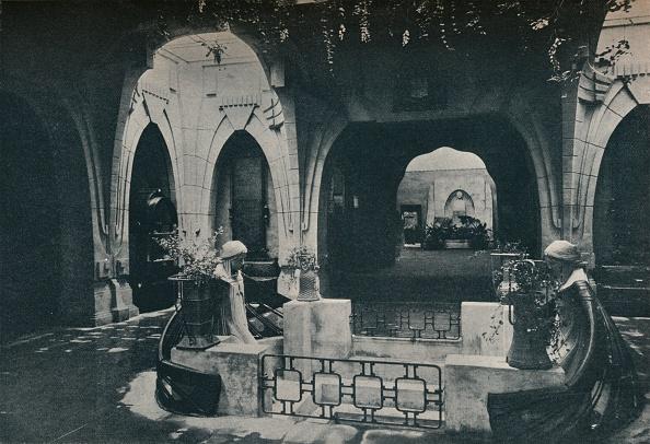 座る「Hall in the German Section of the Turin Exhibition」:写真・画像(15)[壁紙.com]