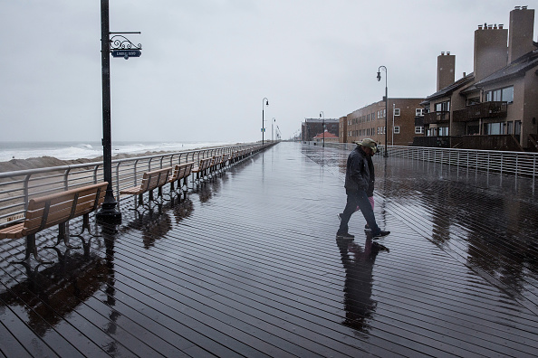 Andrew Burton「Long Island Prepares For Possible Effects From Hurricane Joaquin」:写真・画像(15)[壁紙.com]