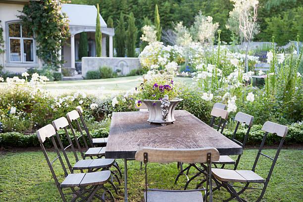 Flowerpot on table in garden:スマホ壁紙(壁紙.com)