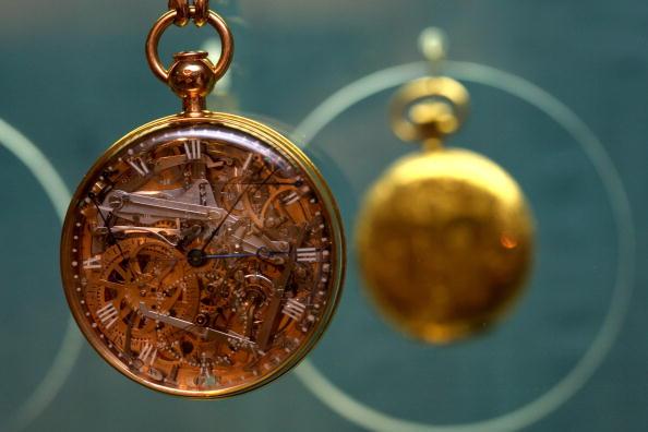 注視する「Priceless Stolen Timepieces Recovered In Israel」:写真・画像(14)[壁紙.com]