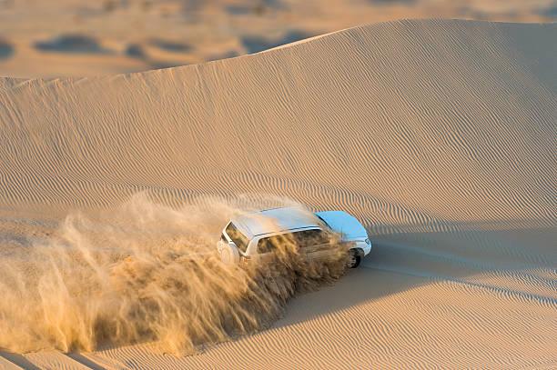 Off road vehicle driving through desert, Abu Dhabi, UAE:スマホ壁紙(壁紙.com)