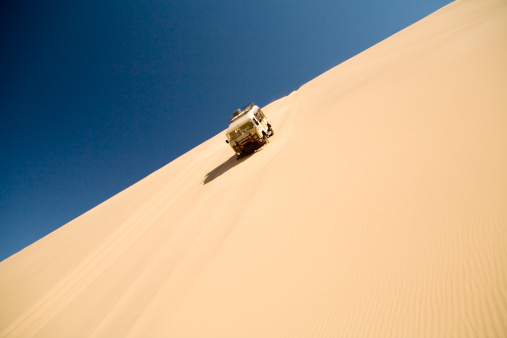 Steep「Off road vehicle driving down steep sand dune, Swakopmund, Namibia」:スマホ壁紙(11)