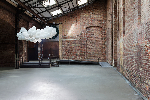 Balloon「Empty warehouse with cloud made of balloons」:スマホ壁紙(4)