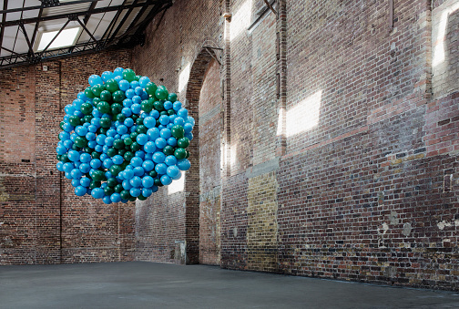 Balloon「Empty warehouse with globe made of balloons」:スマホ壁紙(6)