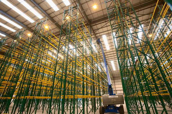 Rack「Empty warehouse with shelving and racks」:写真・画像(10)[壁紙.com]