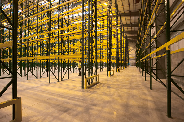 からっぽ「Empty warehouse with shelving and racks」:写真・画像(7)[壁紙.com]