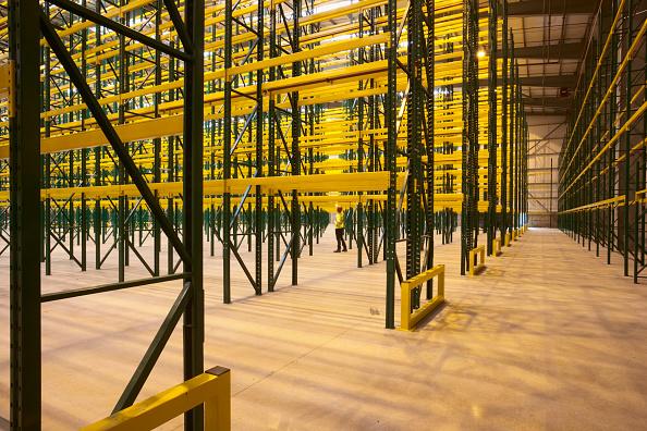 Blank「Empty warehouse with shelving and racks」:写真・画像(13)[壁紙.com]