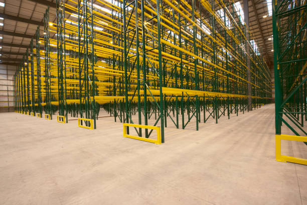 Empty warehouse with shelving and racks:ニュース(壁紙.com)
