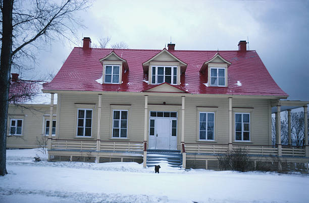 Front view of country house in winter:スマホ壁紙(壁紙.com)