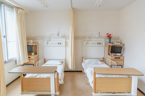 Medical Condition「Front view of two empty beds in hospital room」:スマホ壁紙(1)