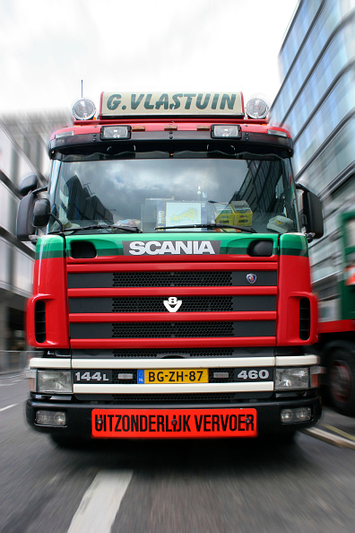 Two Lane Highway「Front view of lorry delivering mechanical parts to site in central London, UK.」:写真・画像(4)[壁紙.com]