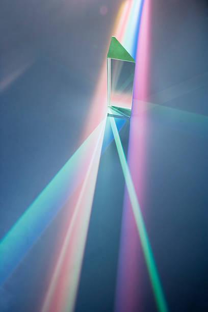 Glass prism with spectrum colours:スマホ壁紙(壁紙.com)
