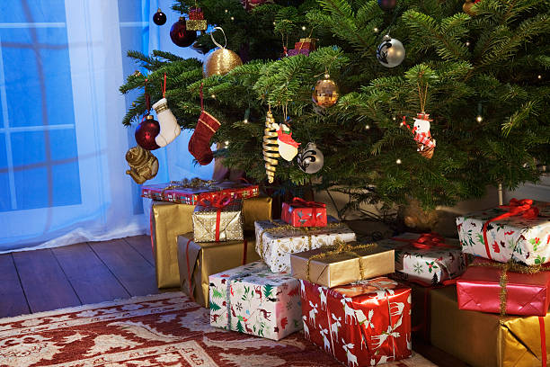 Presents under the christmas tree.:スマホ壁紙(壁紙.com)
