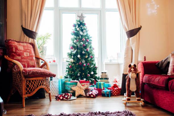 Presents Under the Christmas Tree:スマホ壁紙(壁紙.com)