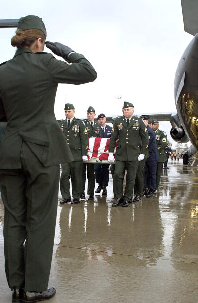 Misfortune「Soldier Salutes A Fallen Comrade March 15 2001 At Ramstein Air Base Germany As U S A」:写真・画像(1)[壁紙.com]