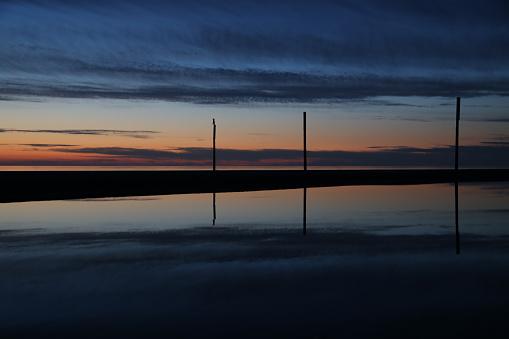海「logs at the sea at sunset」:スマホ壁紙(3)