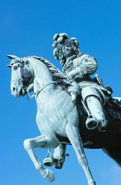 Statue of King Louis XIV on horseback outdoors:スマホ壁紙(壁紙.com)