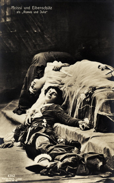 20-29 Years「Alexander Moissi, with Eibenschutz as Romeo in Shakespeare play Romeo and Juliet. In death scene. Great Italian born German actor and singer,」:写真・画像(3)[壁紙.com]