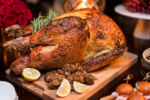 Roasted turkey on holiday table:スマホ壁紙(壁紙.com)