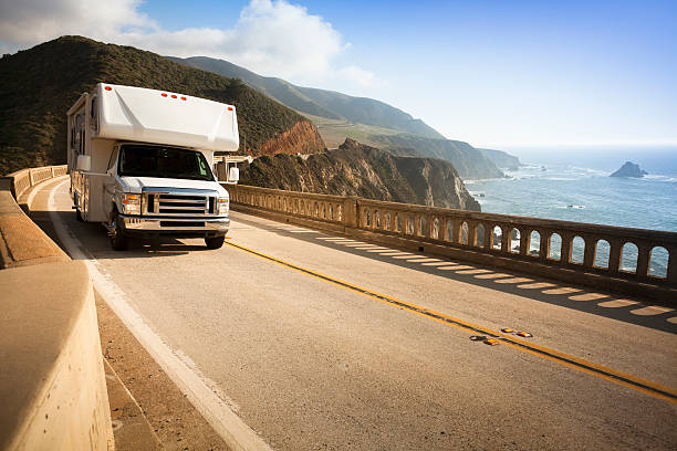 Motor home crossing the Bixby Bridge, Big Sur, California, USA:スマホ壁紙(壁紙.com)