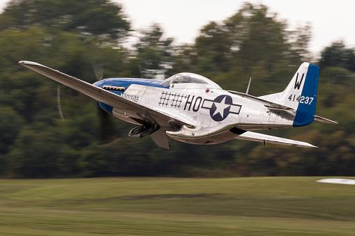 World War II「A P-51 Mustang takes off from Waukegan, Illinois.」:スマホ壁紙(0)