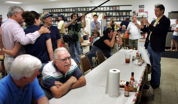 Joe Mahoney「Congressional Candidate Tim Mahoney Votes In Florida」:写真・画像(8)[壁紙.com]