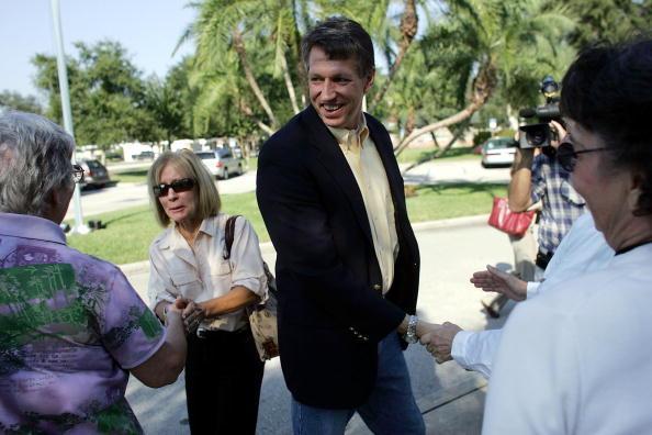Joe Mahoney「Congressional Candidate Tim Mahoney Votes In Florida」:写真・画像(16)[壁紙.com]