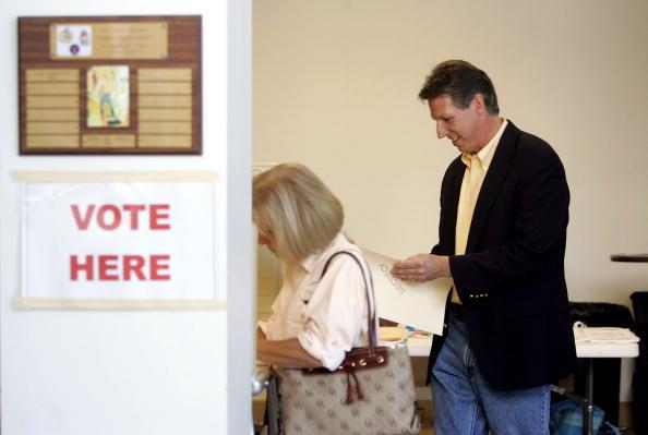 Joe Mahoney「Congressional Candidate Tim Mahoney Votes In Florida」:写真・画像(11)[壁紙.com]