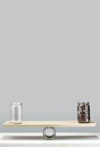 Equality「jars of coins balancing on seesaw」:スマホ壁紙(1)