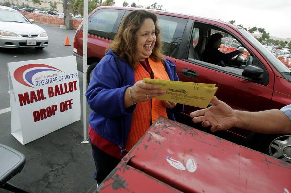 Volunteer「Early Voters Go To Polls In San Diego」:写真・画像(10)[壁紙.com]