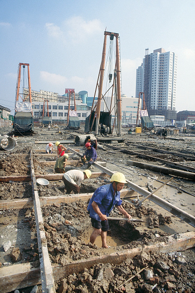 Wet「Manual workers prepare foundation excavations for a new office tower in Shanghai, China.」:写真・画像(18)[壁紙.com]