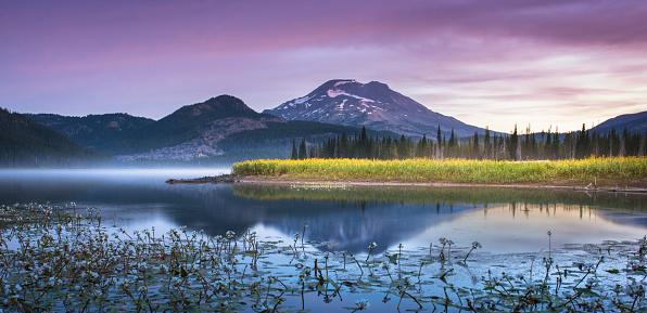 Log「Tranquil moments at Sparks Lake, Oregon」:スマホ壁紙(3)