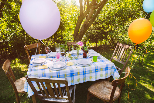 風船「Party table in garden with plates and glasses」:スマホ壁紙(9)