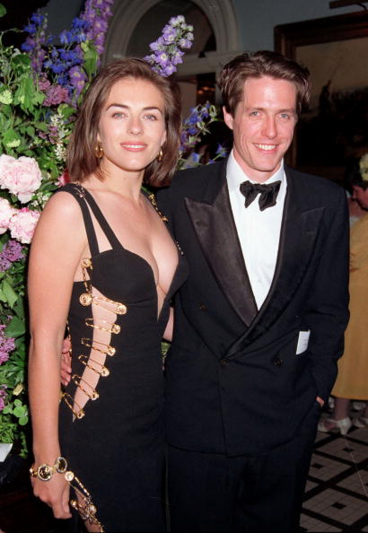 """Dress「Hugh Grant & Elizabeth Hurley At The """"Four Weddings And A Funeral"""" Premiere In London, 1994」:写真・画像(10)[壁紙.com]"""