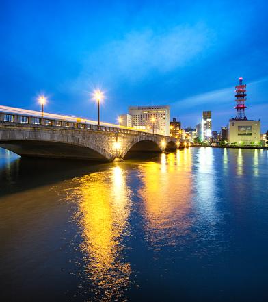 波「夕暮れ時に新潟万代橋川と通信タワー」:スマホ壁紙(10)