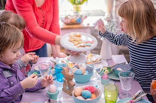 イースター「Young Family Celebrating Easter」:スマホ壁紙(9)
