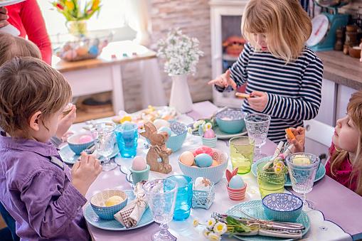 イースター「Young Family Celebrating Easter」:スマホ壁紙(11)