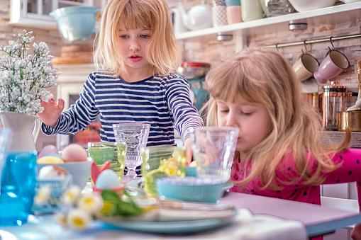 イースター「Young Family Celebrating Easter」:スマホ壁紙(7)