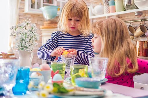 イースター「Young Family Celebrating Easter」:スマホ壁紙(5)