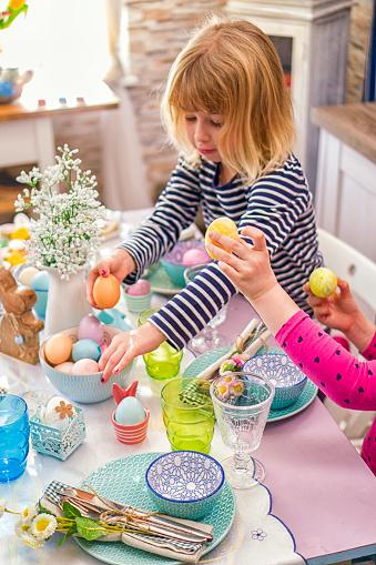 イースター「Young Family Celebrating Easter」:スマホ壁紙(8)