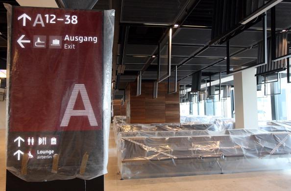 Delayed Sign「Berlin Airport Opening Postponed Yet Again」:写真・画像(10)[壁紙.com]