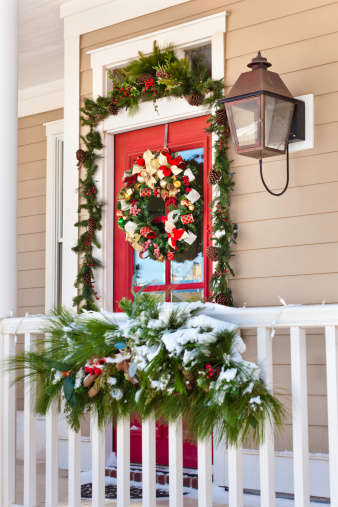 Garland - Decoration「snow on porch with Christmas decorations」:スマホ壁紙(13)