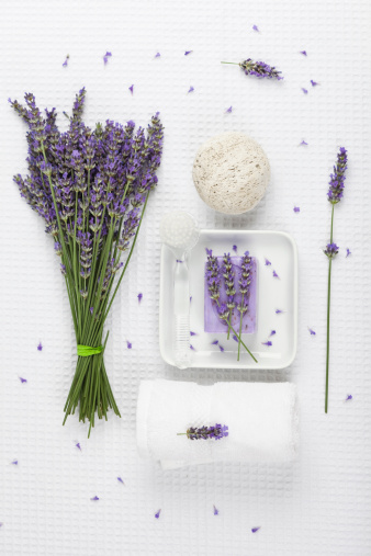 白「Lavender (Lavendula), white towel, lavender soap on soap basket and natural pumice stone」:スマホ壁紙(13)