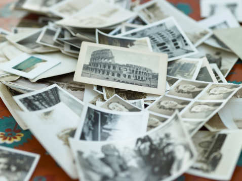 Nostalgic「Various black and white photographs in pile on table」:スマホ壁紙(3)