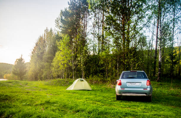 Car and tent at campsite in field:スマホ壁紙(壁紙.com)