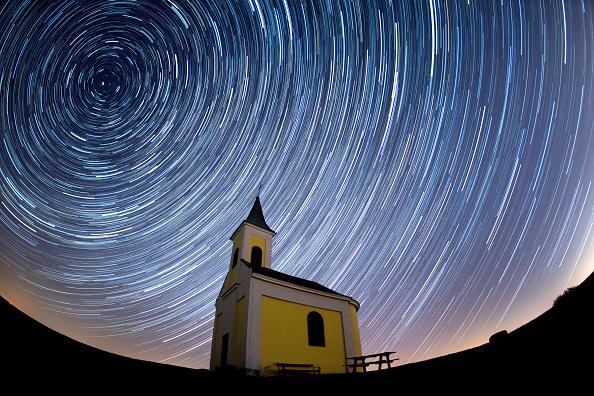 Horizontal「Lyrids Meteor Shower Over Austria」:写真・画像(2)[壁紙.com]