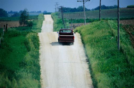 Rolling Landscape「Pickup Truck on a Road Through Fields」:スマホ壁紙(17)