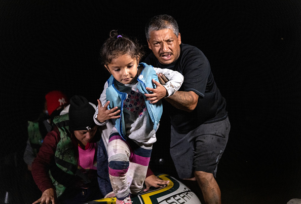 Southern USA「Migrants Cross Into Texas From Mexico」:写真・画像(10)[壁紙.com]